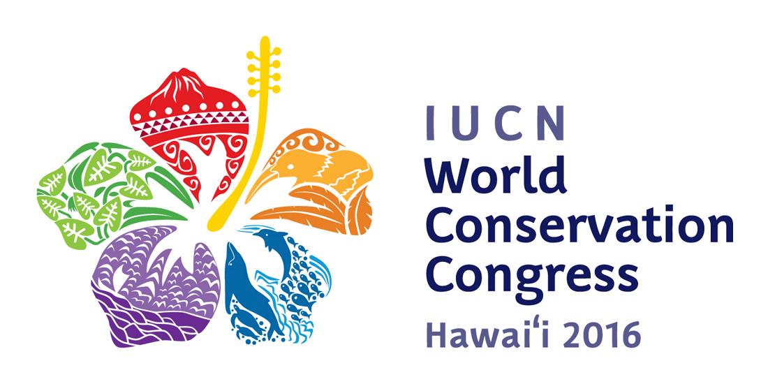 世界自然保护联盟(IUCN)世界自然保护大会是全球自然保护的盛会,每4年举办一次,由政府和非政府会员及所有关注自然保护的代表参加,共同探讨自然保护和发展领域面临的挑战和机遇,确定世界自然保护的优先议程。最新一届世界自然保护大会将于2016年9月1日-10日在夏威夷举办。以下是本届大会的官方会徽。 会徽是一朵夏威夷州花木槿花的形象,五片花瓣分别代表了夏威夷群岛的不同生态景观,红色花瓣代表夏威夷的火山,橙色花瓣是夏威夷独有鸟种镰嘴管舌雀(ʻIʻiwi)的形象,蓝色花瓣代表夏威夷的海洋,紫