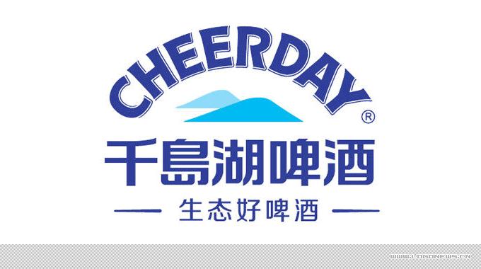 """千岛湖啤酒产自杭州千岛湖啤酒有限公司。公司始创于1985年,坐拥千岛湖 """"天下第一秀水""""的生态酿造资源,历经30年市场历练,拥有两大生产基地,是浙江省内现在唯一坚守自有品牌、年产能达30万千升的啤酒生产企业。为了进一步塑造公司品牌形象,与国际接轨,提升品牌影响力和竞争力,杭州千岛湖啤酒有限公司设计注册了新的企业LOGO标识,自2015年10月份起将正式启用全新的LOGO。"""
